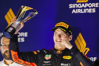 Max Verstappen, Red Bull Racing, 2° classificato, alza il trofeo