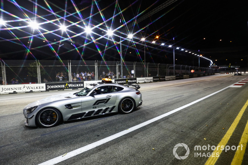 La Safety Car davanti a Lewis Hamilton, Mercedes AMG F1 W09 EQ Power+