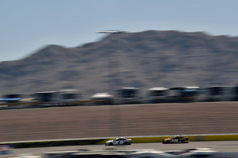 Kevin Harvick, Stewart-Haas Racing, Ford Fusion Mobil 1 ed Erik Jones, Joe Gibbs Racing, Toyota Camry DeWalt