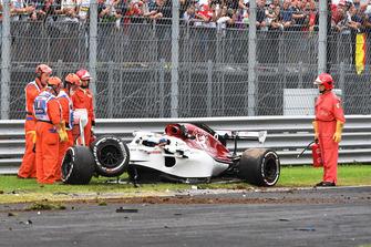 I commissari attorno all'auto danneggiata di Marcus Ericsson, Alfa Romeo Sauber C37 , dopo l'incidente nelle FP2