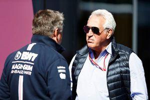 Lawrence Stroll parle avec Otmar Szafnauer, directeur, Force India