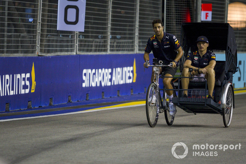 Daniel Ricciardo, Red Bull Racing y Max Verstappen, bicicleta y sidecar Red Bull Racing