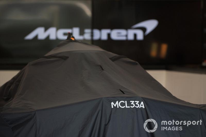 La McLaren MCL33 sous des couvertures dans le garage