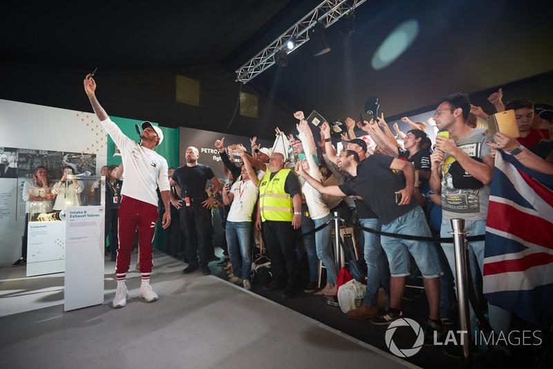 Lewis Hamilton, Mercedes AMG F1, robi selfie z kibicami