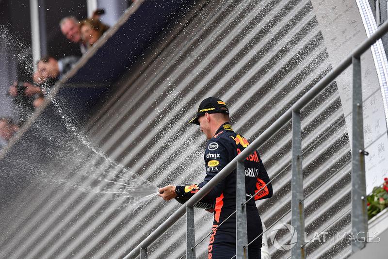 Max Verstappen, Red Bull Racing świętuje na podium z szampanem
