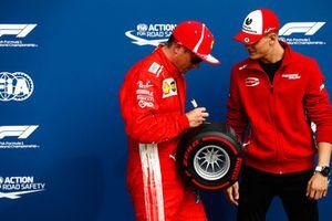 Mick Schumacher presenta a Kimi Raikkonen, Ferrari, con el premio Pirelli Pole Position