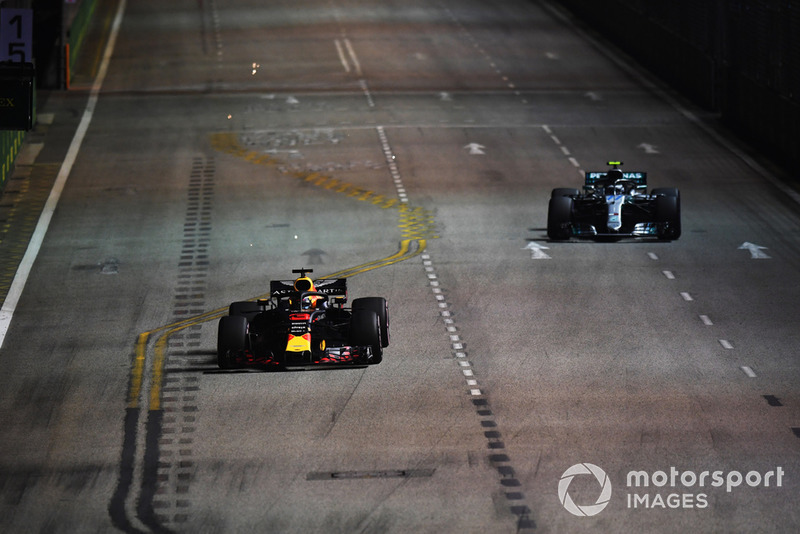 Daniel Ricciardo, Red Bull Racing RB14 i Valtteri Bottas, Mercedes AMG F1 W09 EQ Power+