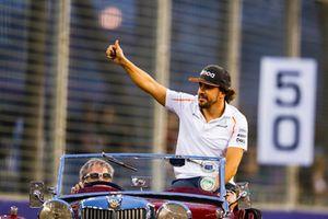 Fernando Alonso, McLaren, saluta durante la drivers parade