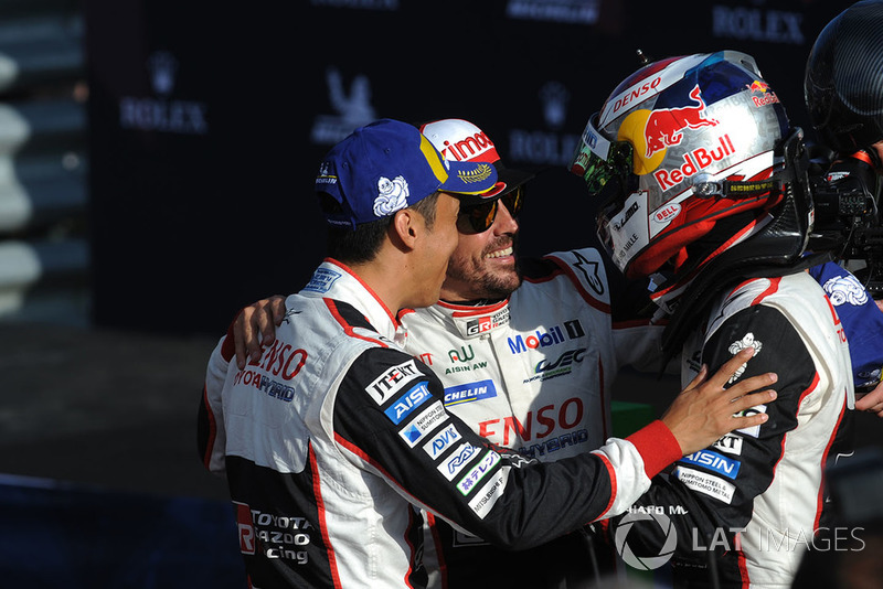 Los dos coches de Toyota fueron excluidos por irregularidades en el fondo plano, y Alonso y sus compañeros perdieron ese triunfo