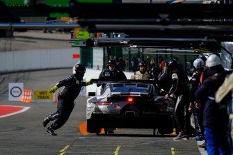 رقم 88 فريق بروتون كومبيتيشن بورشه 911 آر إس آر: جورجيو رودا، ماتيو كايرولي، جانلوكا رودا
