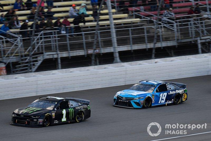 Kurt Busch, Chip Ganassi Racing, Chevrolet Camaro Monster Energy and Martin Truex Jr., Joe Gibbs Racing, Toyota Camry Auto Owners Insurance