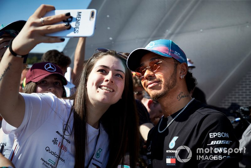 Lewis Hamilton, Mercedes AMG F1 poses for a selfie with a fan