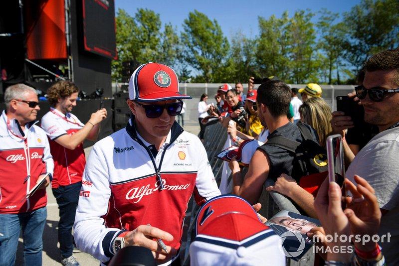 Kimi Raikkonen, Alfa Romeo Racing signe un autographe pour un fan