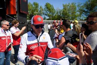 Kimi Raikkonen, Alfa Romeo Racing signs an autograph for fan