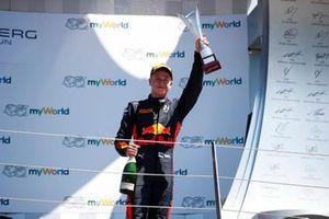 Juri Vips, Hitech Grand Prix, viert zijn overwinning op het podium