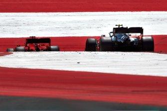 Sebastian Vettel, Ferrari SF90, devant Valtteri Bottas, Mercedes AMG W10