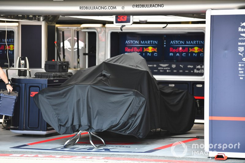 El coche de Max Verstappen, Red Bull Racing RB15 en el box