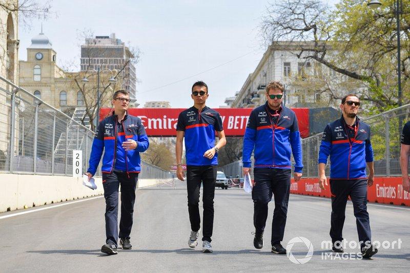 Alexander Albon, Toro Rosso cammina in pista con i suoi ingegneri