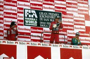 Podio: ganador de la carrera Ayrton Senna, McLaren, segundo lugar Alain Prost, McLaren, tercer lugar Alessandro Nannini, Benetton B188