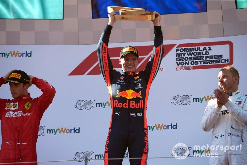 Il vincitore della gara Max Verstappen, Red Bull Racing, sul podio