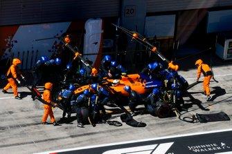 Lando Norris, McLaren MCL34 pitstop
