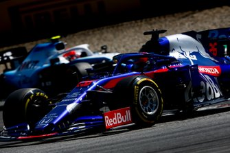 Daniil Kvyat, Toro Rosso STR14, leads Robert Kubica, Williams FW42