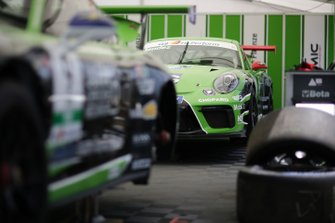 La Porsche di Andres Mendez, Dinamic Motorsport, nel garage