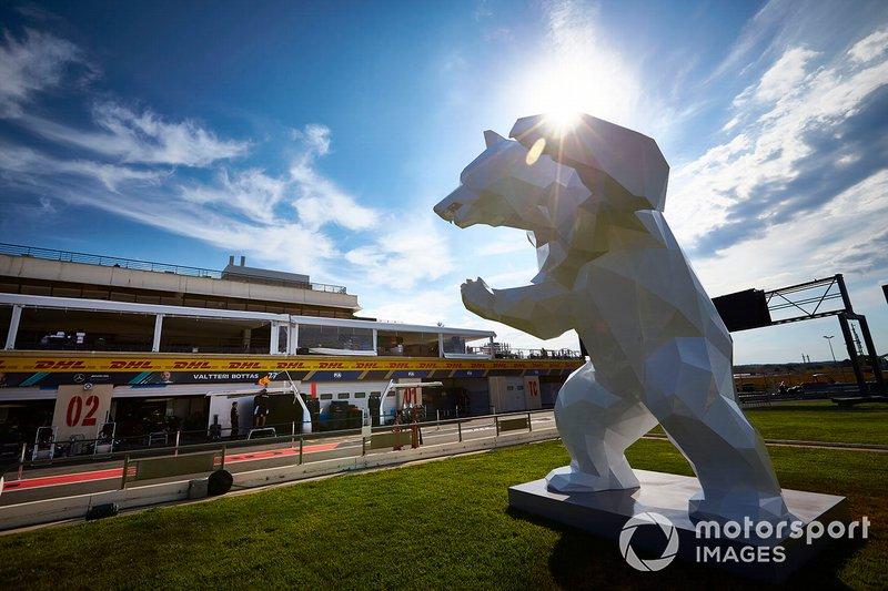Una gran escultura de oso a un lado de la pista