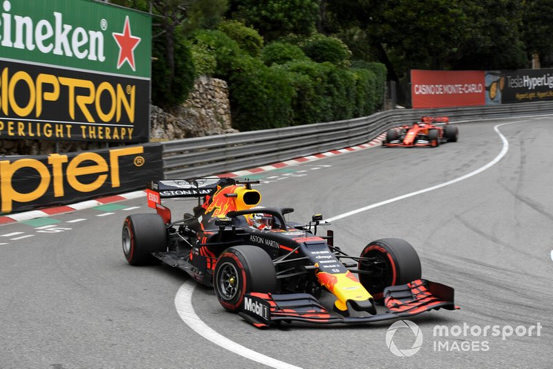 Max Verstappen, Red Bull Racing RB15, ve Sebastian Vettel, Ferrari SF90
