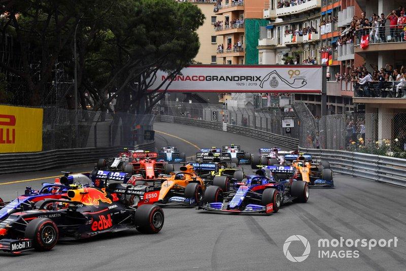 Pierre Gasly, Red Bull Racing RB15, devant Daniil Kvyat, Toro Rosso STR14, Carlos Sainz Jr., McLaren MCL34, Alexander Albon, Toro Rosso STR14, et le reste du peloton au départ