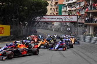 Pierre Gasly, Red Bull Racing RB15, leads Daniil Kvyat, Toro Rosso STR14, Carlos Sainz Jr., McLaren MCL34, Alexander Albon, Toro Rosso STR14, and the remainder of the field at the start