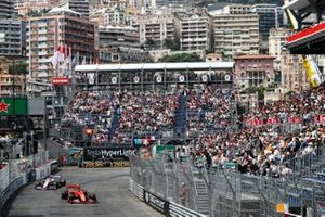 Шарль Леклер, Ferrari SF90, и Лэнс Стролл, Racing Point F1 Team RP19