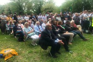 Los aficionados observan la celebración de la misa
