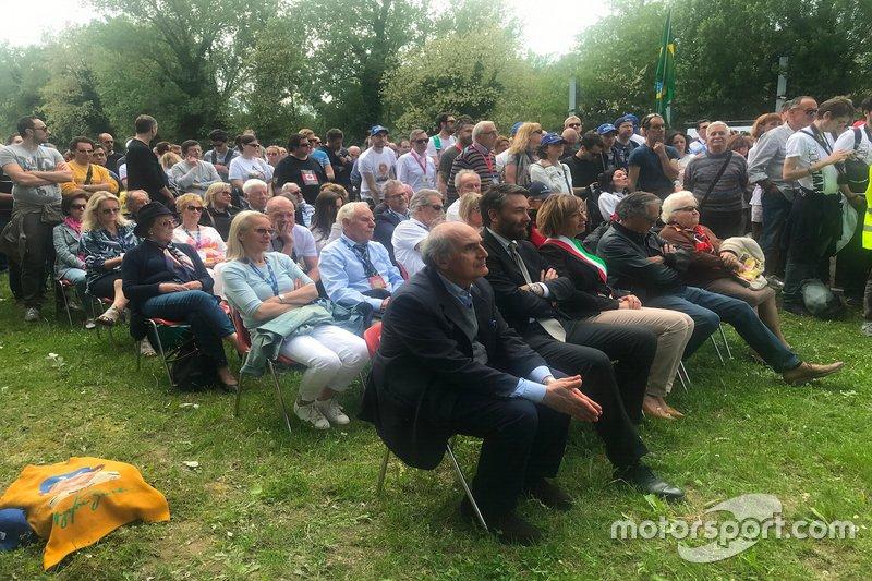 I fedeli osservano la celebrazione della Messa