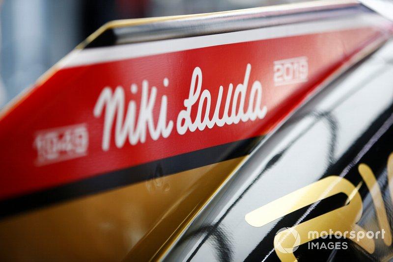 Надпис на капоті Haas F1 Team VF-19 на честь Нікі Лауди