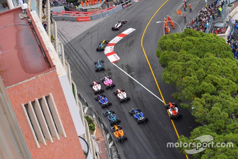 Nyck De Vries, ART Grand Prix, precede Luca Ghiotto, UNI Virtuosi Racing, Nicholas Latifi, Dams e il resto delle auto all'inizio