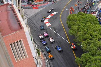 Nyck De Vries, ART Grand Prix, leads Luca Ghiotto, UNI Virtuosi Racing, Nicholas Latifi, Dams and the rest of the field at the start