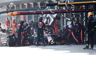 Max Verstappen, Red Bull Racing RB15, pitstop