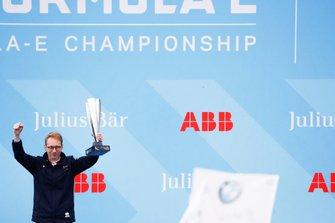 Podio: Sylvain Filippi, Director General y Director Técnico de Virgin Racing, celebra