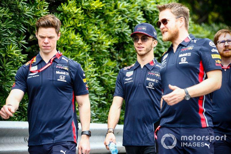 Pierre Gasly, Red Bull Racing, ispeziona il circuito