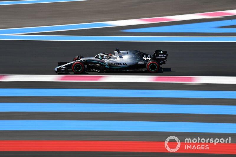 Lewis Hamilton quebrando o recorde da pista