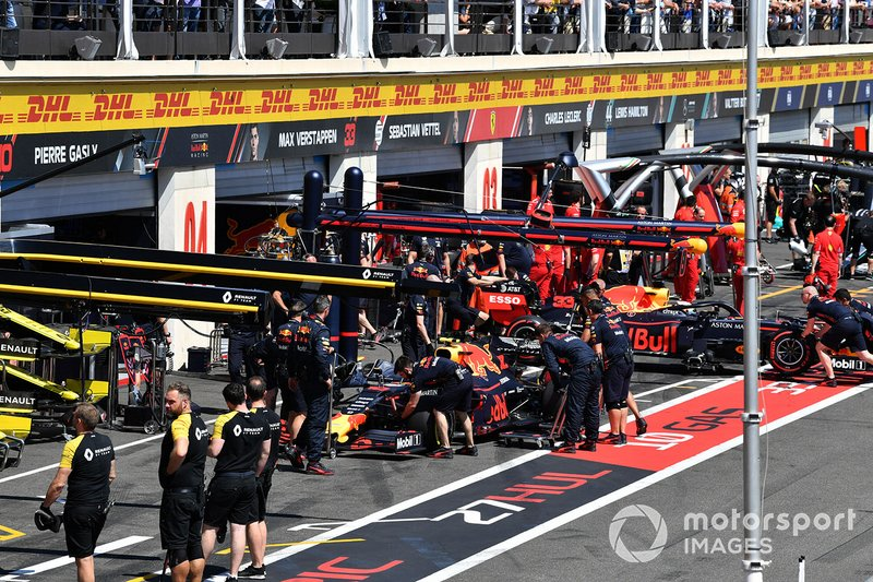 Pierre Gasly, Red Bull Racing RB15, et Max Verstappen, Red Bull Racing RB15, au stand