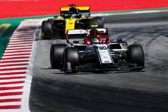 Antonio Giovinazzi, Alfa Romeo Racing C38, leads Daniel Ricciardo, Renault R.S.19