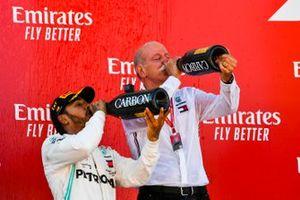 Lewis Hamilton, Mercedes AMG F1, 1e plaats, en Dr Dieter Zetsche, CEO, Mercedes Benz drinken Champagne op het podium