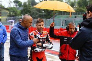 Álvaro Bautista, Aruba.it Racing-Ducati Team dejando a los pilotos en la sesión informativa
