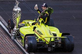 Simon Pagenaud, Team Penske Chevrolet in posa per il photo shoot del pilota vincitore