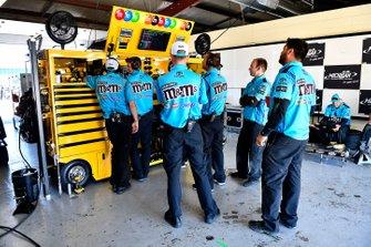 Kyle Busch, Joe Gibbs Racing, Toyota Camry M&M's Hazelnut crew