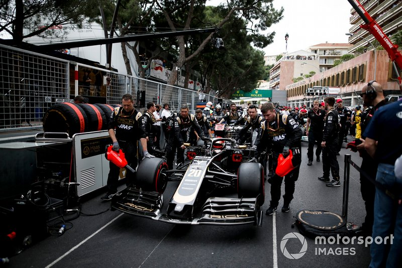 Kevin Magnussen, Haas F1 Team VF-19, on the grid