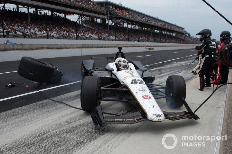 Jordan King, Rahal Letterman Lanigan Racing Honda, se desliza en el box, golpea un neumático y lesiona a un miembro del equipo