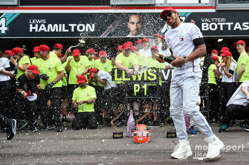 Lewis Hamilton, Mercedes AMG F1, 1st position, and the Mercedes team celebrate